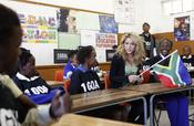 Shakira en una escuela de Soweto, Sudáfrica