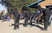 Niños de Sudáfrica bailan con Shakira