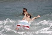 Kevin McHale, de 'Glee', hace acrobacias en el agua