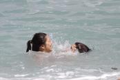 Jenna Ushkowitz y Kevin McHale, de Glee, de risas en la playa