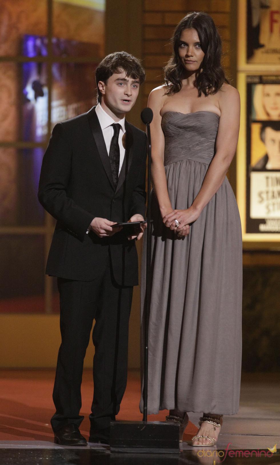 Daniel Radcliffe y Katie Holmes presentan un premio Tony