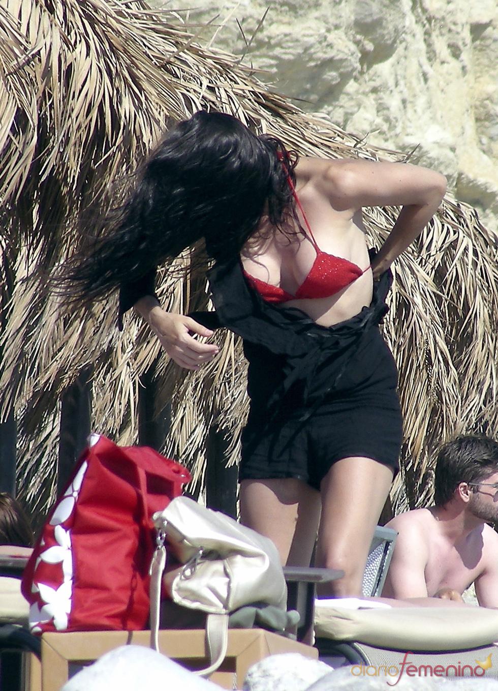 Marbelys con un bikini rojo en la playa