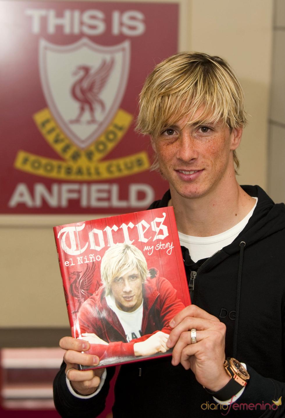 Fernando Torres con su autobiografía