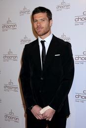 Xabi Alonso con traje de chaqueta y corbata