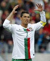 Cristiano Ronaldo lamenta un balón al palo en el Mundial 2010