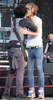Billie Joe, de Green Day, se besa con un fan