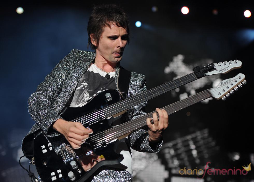 Matthew Bellmy, de Muse, en concierto