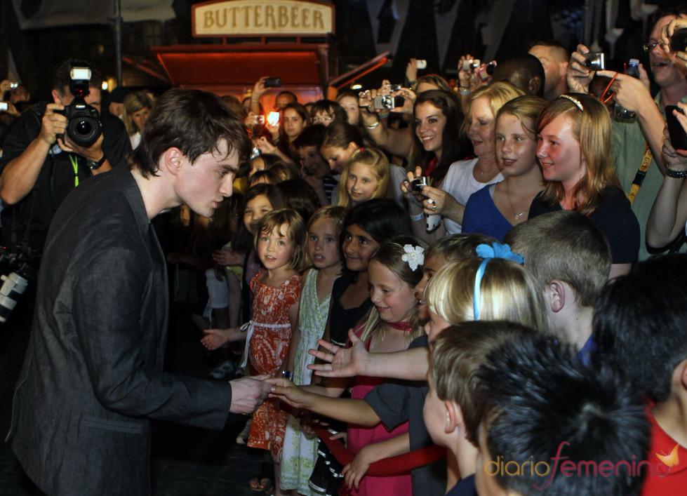 Daniel Radcliffe con los fans en el parque temático de 'Harry Potter'