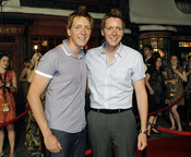 Oliver y James Phelps en el parque temático de 'Harry Potter'
