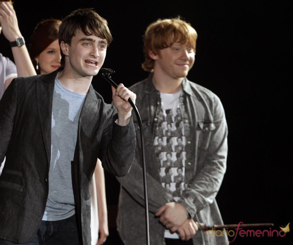 Daniel Radcliffe y Rupert Grint en el parque temático de 'Harry Potter'