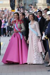 La Infanta Elena, y doña Sofía, camino de la boda de Victoria de Suecia