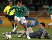 Chicharito marca el gol contra Francia en el Mundial 2010