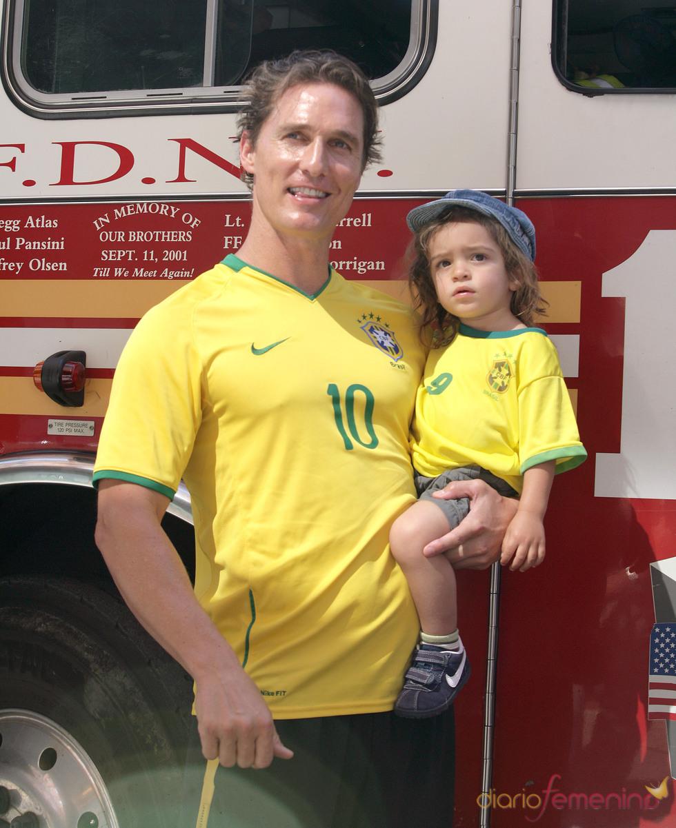 Levi y Matthew McConaughey con la camiseta de Brasil