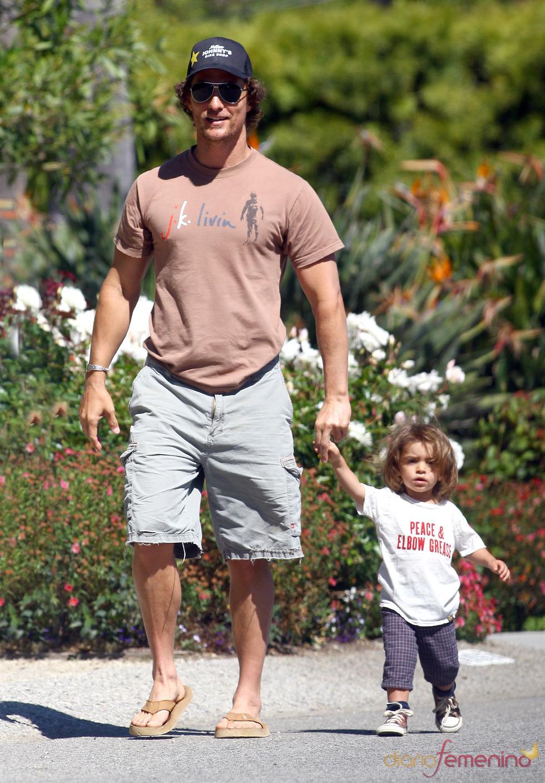 Levi y Matthew McConaughey de paseo