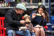 Matthew McConaughey, Camila Alves y Levi comiendo