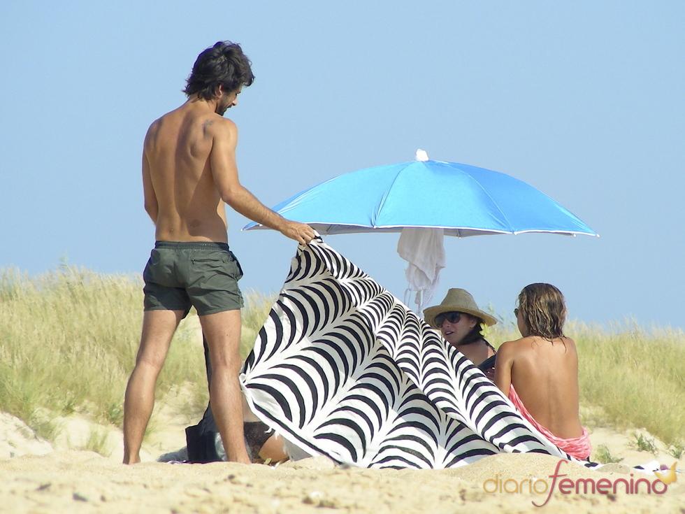 Hugo Silva con amigas en la playa