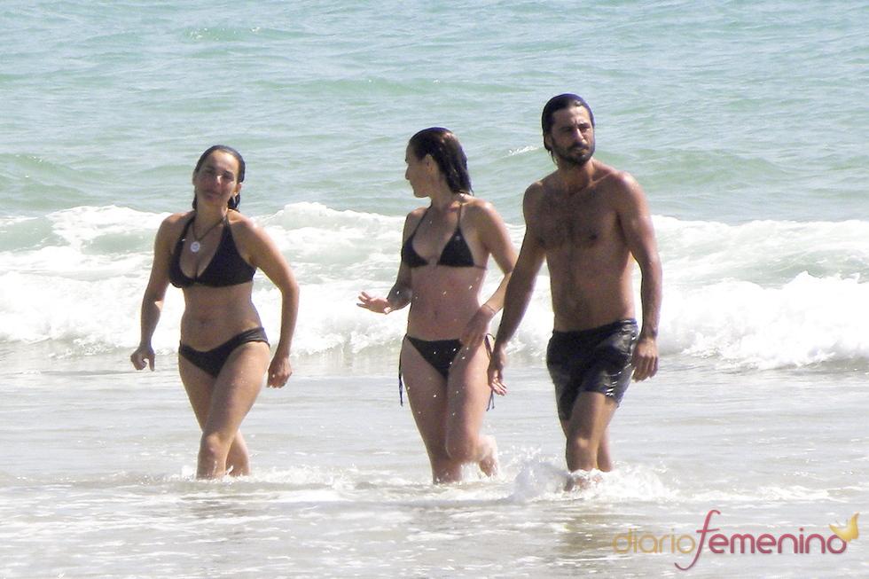 Hugo Silva se baña con amigas