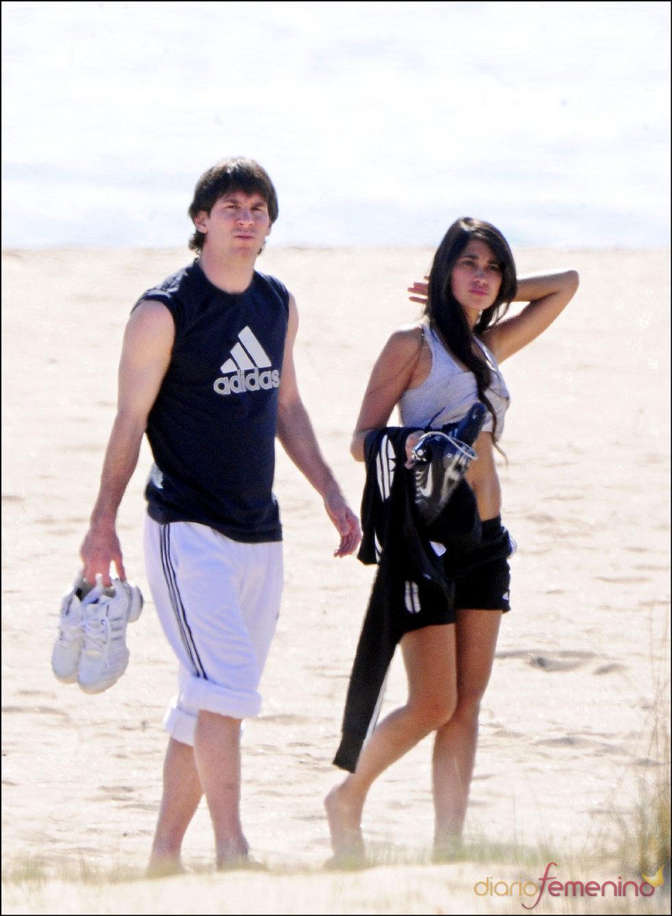 Messi y su novia Antonella en la playa