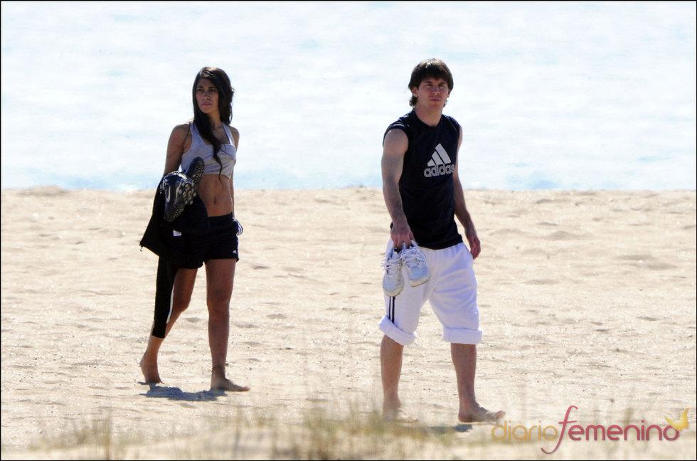 Leo Messi y su novia Antonella de paseo en la playa