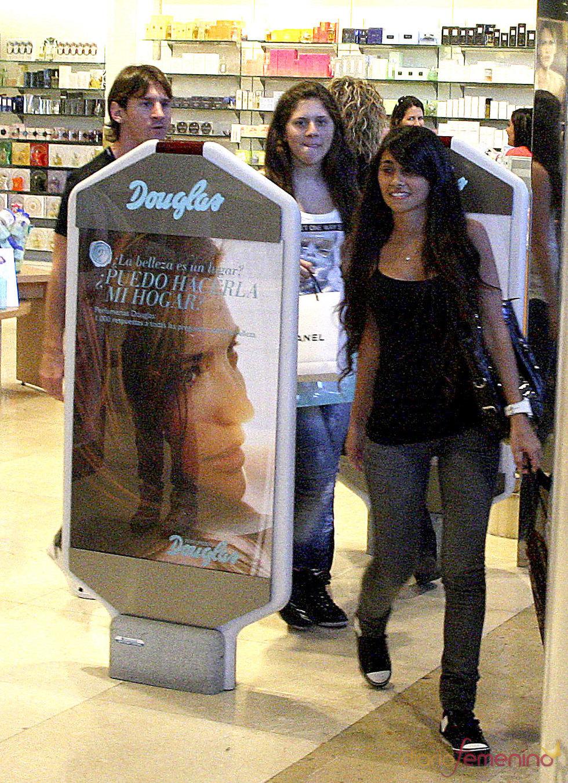 Messi y su novia Antonella Rocuzzo de compras