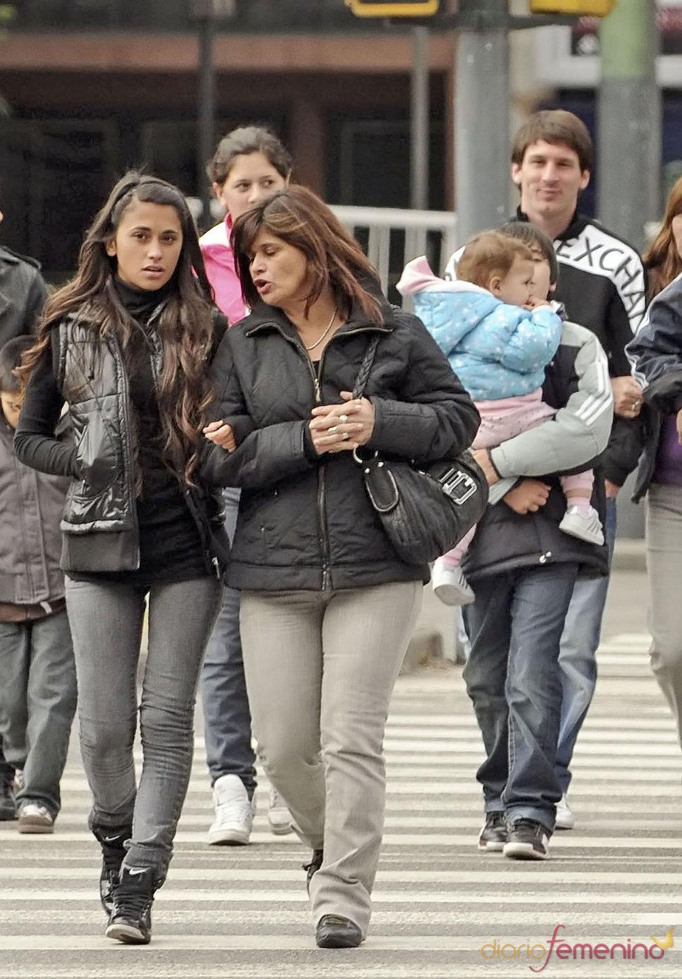 Antonella Rocuzzo con la familia de Messi