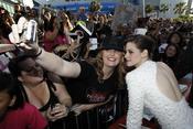 Kristen Stewart se hace fotos con una fan