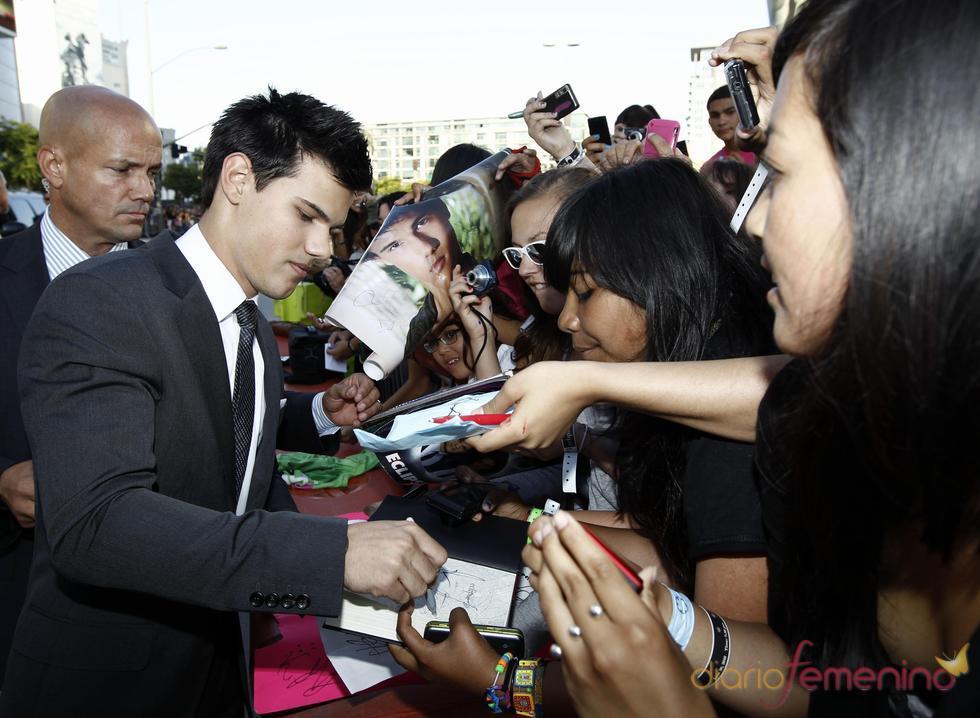 Taylor Lautner  firma autógrafos en Los Ángeles