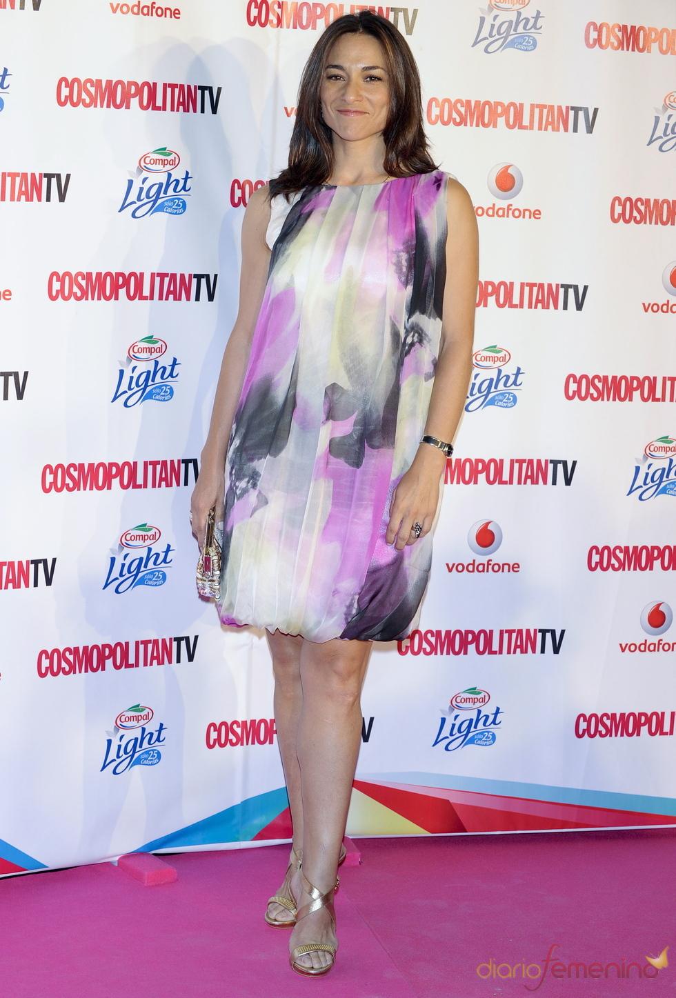 Isabel Serrano con vestido multicolor