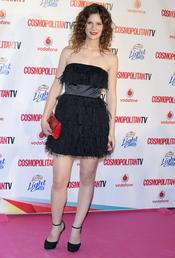 Lydia San José con vestido corto negro