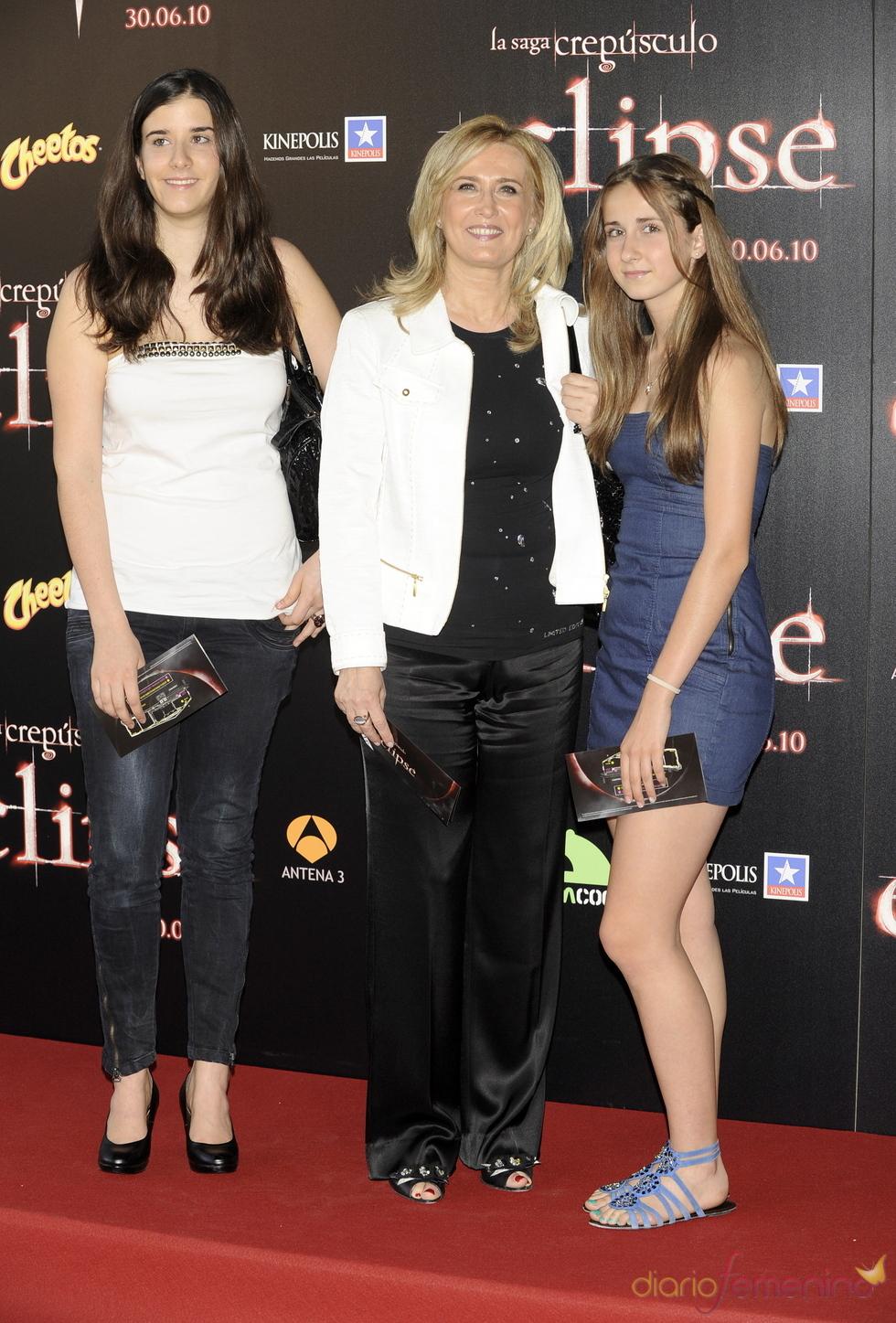 Nieves Herrero con sus hijas en el estreno de 'Eclipse'