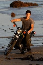 Taylor Lautner encima de una moto
