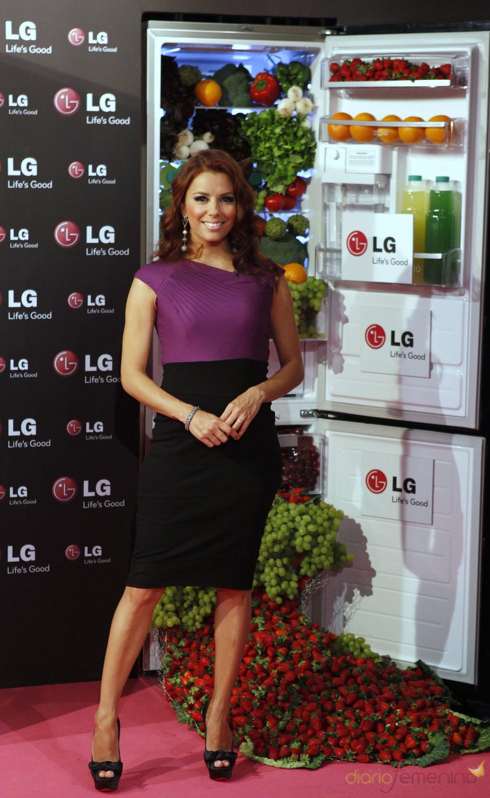 Eva Longria posa al lado de un frigorífico LG