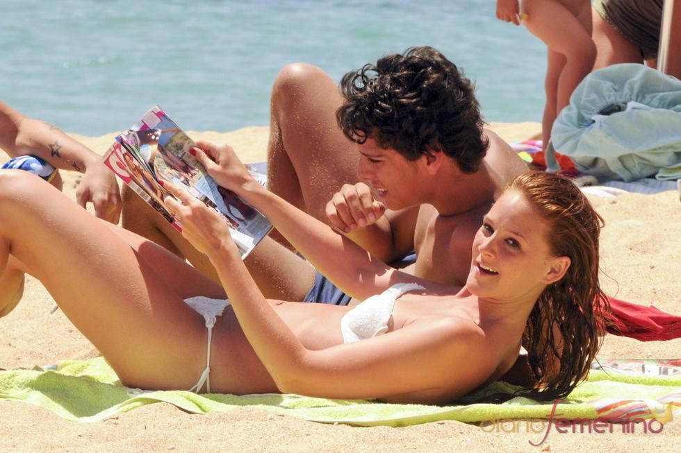 Ana María polvorosa y Eduardo Casanova leyendo una revista