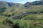 Vías del tren en las tierras altas de Escocia