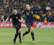 David Villa y Cesc Fábregas celebran el gol a Paraguay
