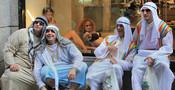 Árabes en un escaparate humano en el Orgullo Gay