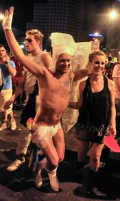 Hombre semidesnudo con mantilla blanca en el Orgullo Gay 2010