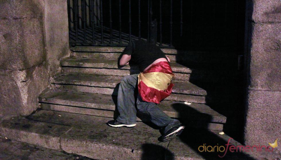 Hombre durmiendo con bandera de España en el Orgullo Gay 2010