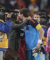 Sara Carbonero e Iker Casillas se besan en el campo
