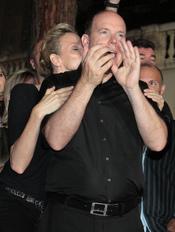 Charlene Wittstock besa a Alberto de Mónaco