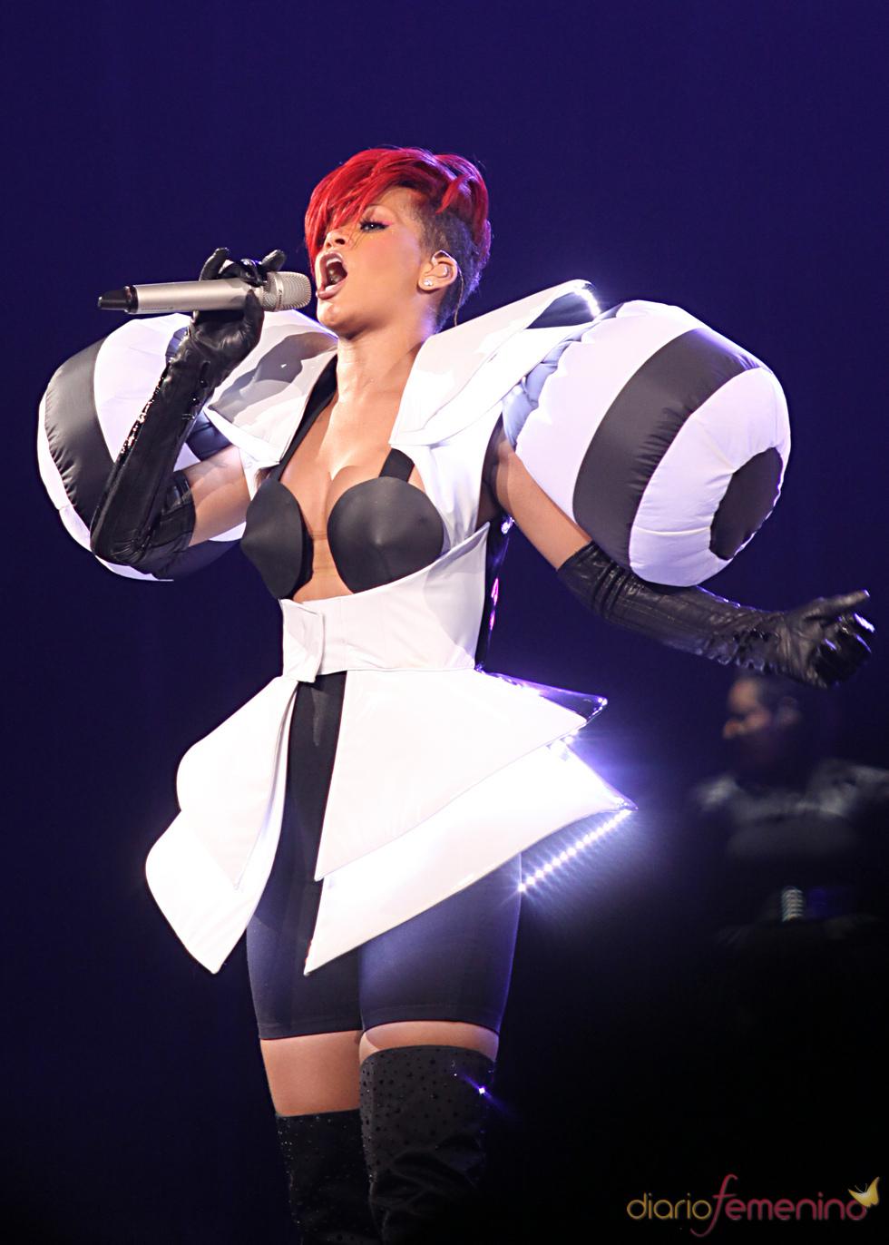 Rihanna con un conjunto hinchable