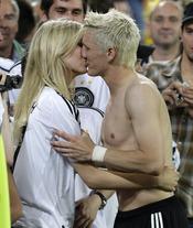 Sarah Brandner besa a su novio, Bastian Schweinsteiger
