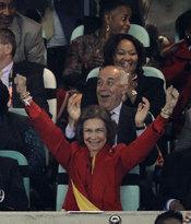 La Reina Sofía celebra el gol de España contra Alemania