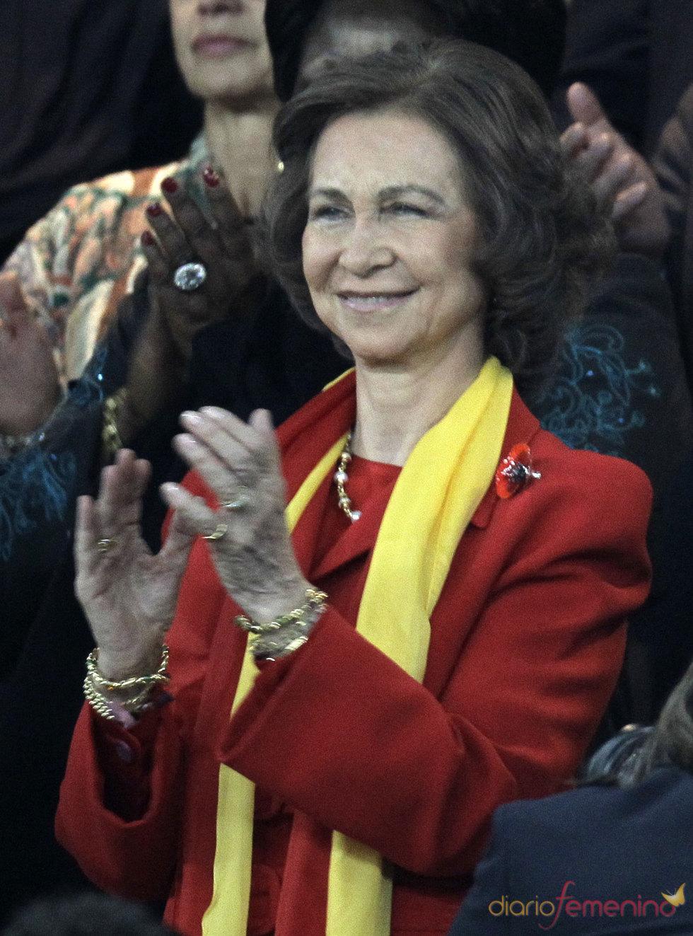 La Reina Sofía, de rojo y amarillo, celebra la victoria de España