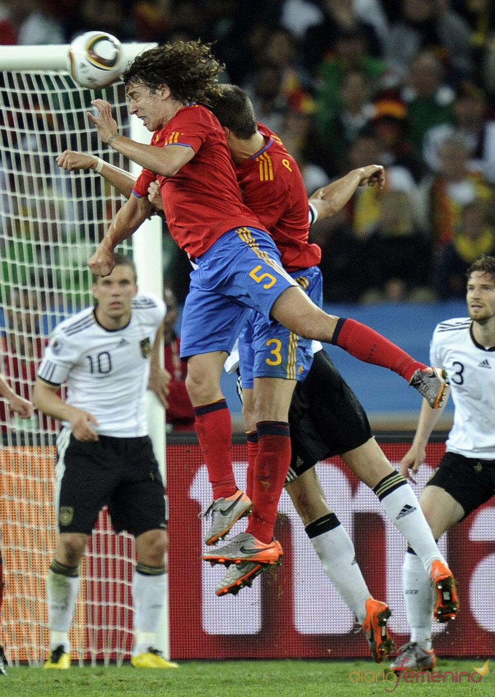 Carles Puyol salta para marcar su gol contra Alemania