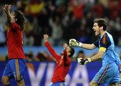 Iker Casillas celebra con Puyol el pase a la final de España