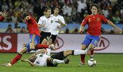 Puyol y Sergio Ramos luchando contra Alemania en el Mundial 2010