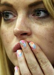 Lindsay Lohan escribe 'Fuck u' en sus uñas