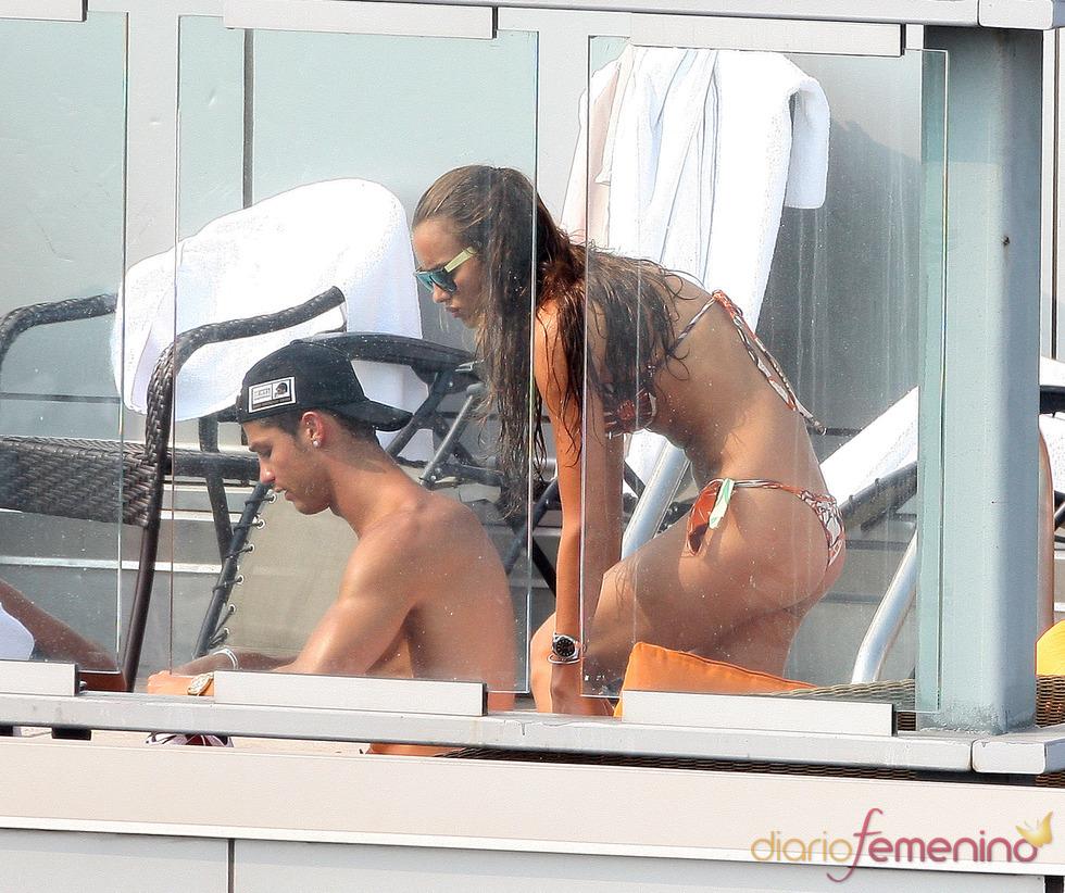 Cristiano Ronaldo e Irina Shayk lucen sus cuerpos al sol