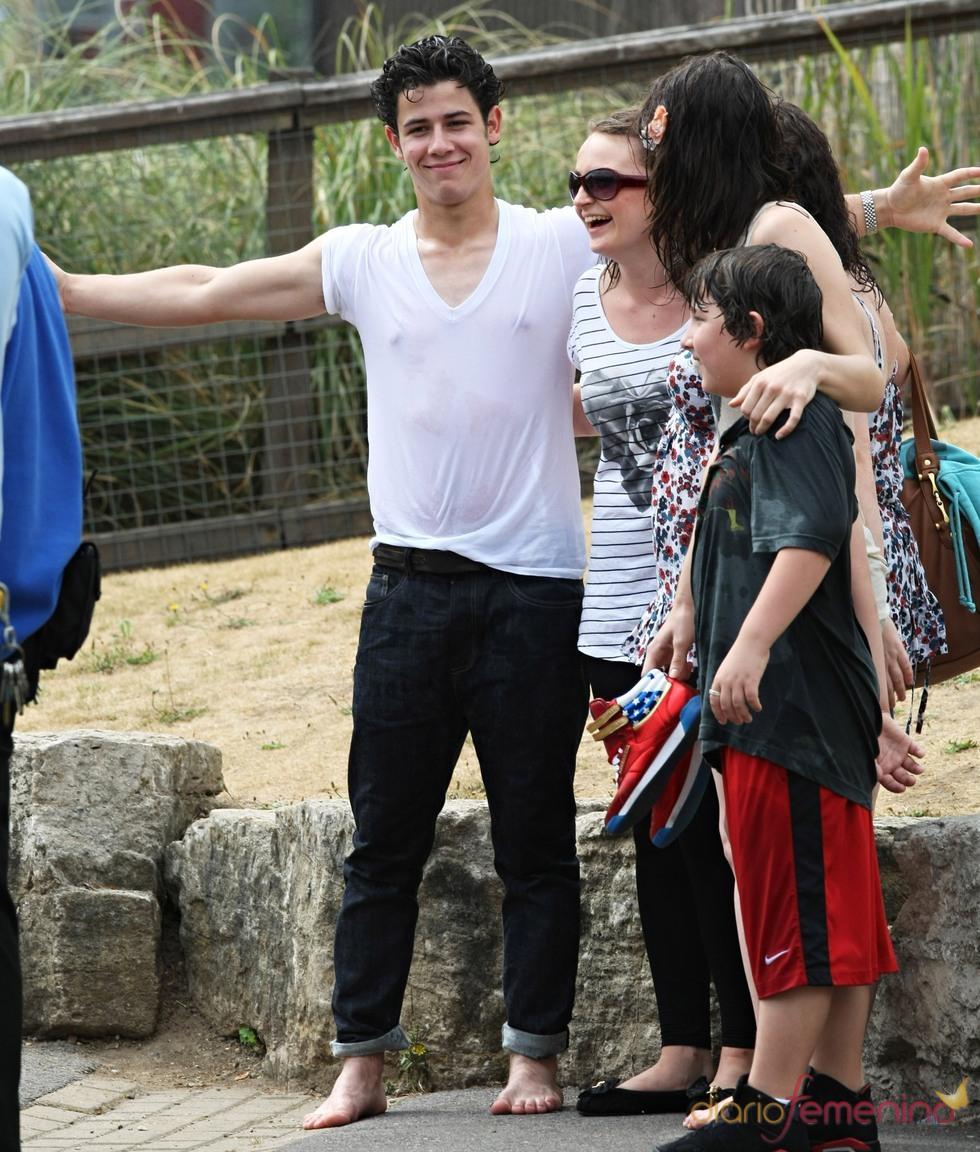 Nick Jonas posa mojado con sus fans